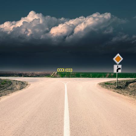 Benader een kruispunt tegen de naderende storm