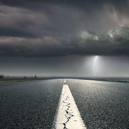 갈라진 금: 조명 폭풍으로 빈 도로에서 운전