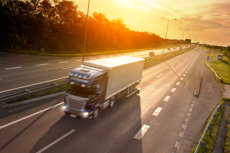 수송: 일몰 고속도로에서 동작 흐림 효과 블루 트럭