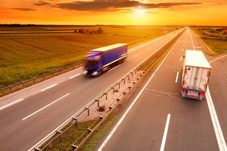 일몰 고속도로에서 모션 블러에 파란색과 흰색 트럭 스톡 콘텐츠 - 29317713