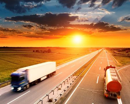 Zwei Lastwagen in Bewegungsunschärfe auf der Autobahn bei Sonnenuntergang Standard-Bild - 29460454