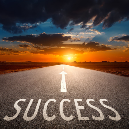 Empty asphalt road towards the sun and sign symbolizing success  Imagens