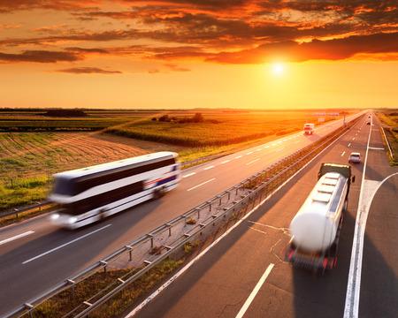 Bus und LKW in Motion Blur auf der Autobahn bei Sonnenuntergang Standard-Bild - 31281988