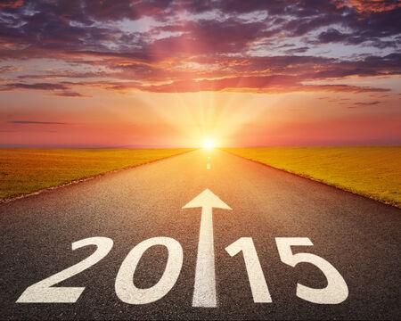 fin d annee: Conduire sur une route d�serte au coucher du soleil � venir 2015