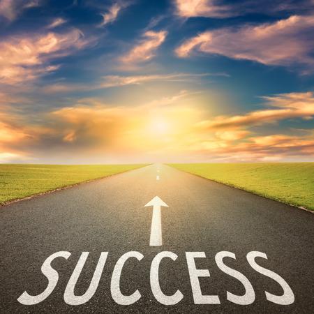 mision: Conducir en una carretera de asfalto vac�o hacia el sol poniente y signo que simboliza el �xito. Concepto para el �xito.