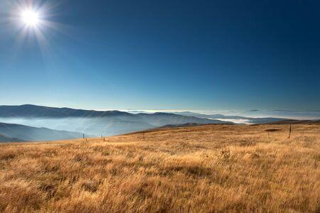 dia soleado: Vista desde la montaña Stara Planina en Serbia en el idílico día de sol sobre las nubes.