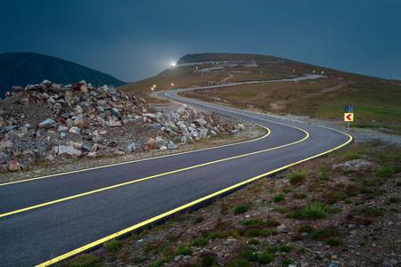 Transalpina weg in de schemering, de hoogste en gevaarlijkste asfaltweg in Roemenië.