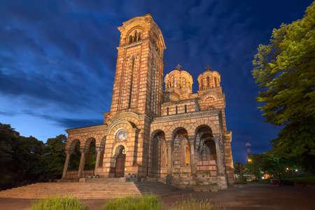 naranjo arbol: St. Marks Church at beautiful blue hour is a Serbian Orthodox church located in the Tasmajdan park in Belgrade, Serbia. Foto de archivo