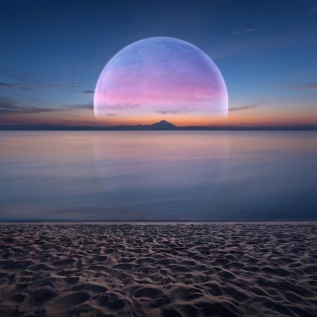 지평선과 모래 해변 위로 상승하는 큰 달 새벽 목가적 인 바다. 판타지와 꿈 개념입니다.
