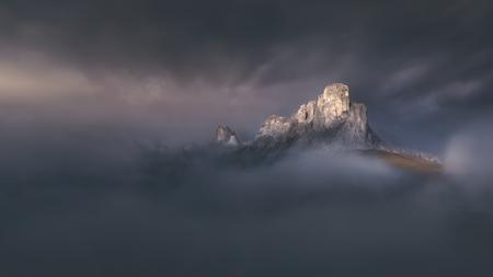 Immagine lunga del paesaggio di esposizione al tramonto vicino al passaggio di Giau - catena montuosa delle dolomia nelle alpi del sud di Tirolo, Italia. Archivio Fotografico