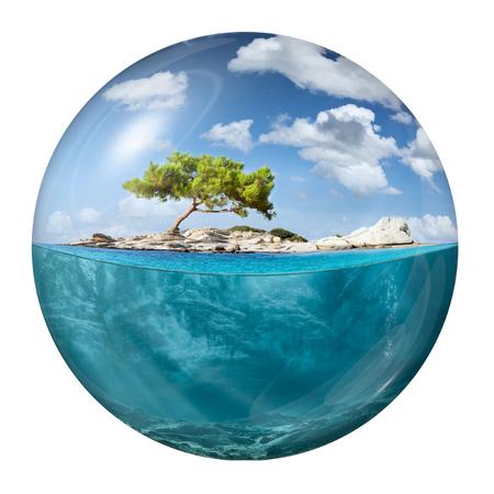 Sfera del globo con bella piccola isola con vista subacquea in acque turchesi dell'oceano tropicale. Archivio Fotografico - 79672134