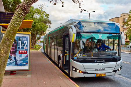 Rishon Letsiyon - 2 grudnia 2016: Autobus na stacji