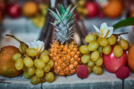 žák: Krásné ovoce uspořádány s rozmazané pozadí