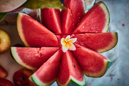 žák: Krásné nakrájené ovoce uspořádané s rozostřeným pozadím