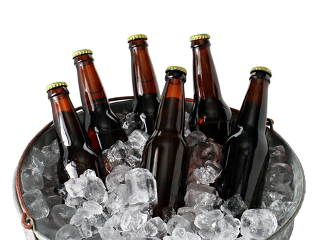 氷のバケツでビールのシックス パック 写真素材