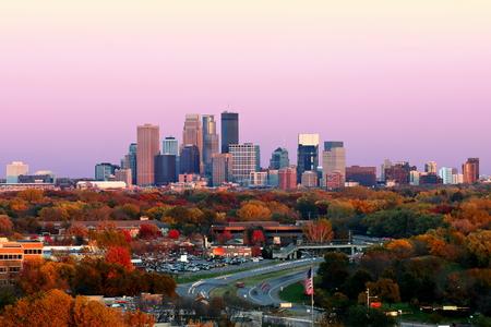 De Horizon van Minneapolis tijdens de Herfst bij Zonsondergang van Plymouth, Minnesota Stockfoto