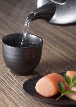 Water in een beker wordt gegoten Stockfoto