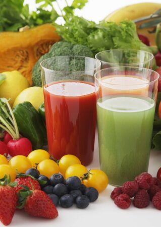 Twee Glazen van vruchtensappen met groenten en fruit