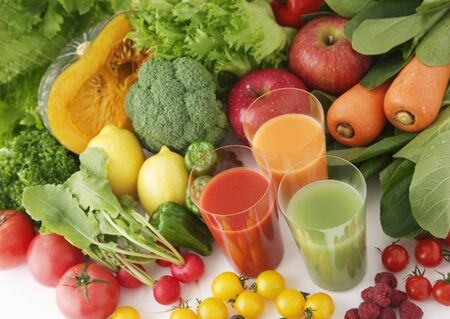 Verse, gezonde vruchten, groenten en natuurlijk sap op witte achtergrond Stockfoto