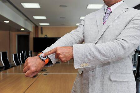 puntualidad: El hombre de negocios muestra el tiempo como un concepto de puntualidad en los negocios
