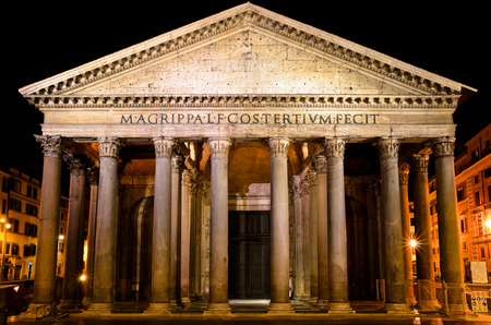 The splendor of the Pantheon of Agrippa in Rome at night Redactioneel