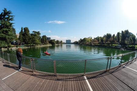 actividades recreativas: ROMA 08 de noviembre 2014 Una vista del lago artificial de EUR en Roma y sus principales actividades recreativas de los visitantes del sitio.