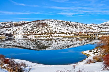 Winter glimpse of Lake Campotosto in Italy Stockfoto