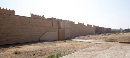 babylonian: Imagen de murallas de la antigua ciudad de Babilonia en Provincia de Babilonia Sur de Irak, Est� construido sobre el modelo de la antigua Babilonia.