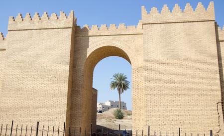 babylonian: Imagen de una de las puertas de la antigua ciudad de Babilonia, es un enorme puerta Construida sobre el antiguo estilo babil�nico. Foto de archivo