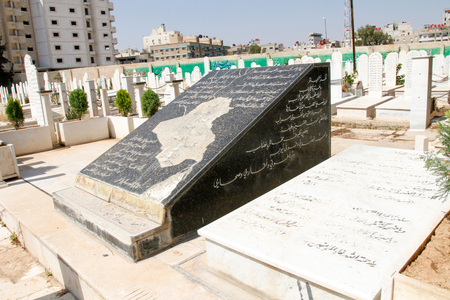 damascus: Picture of the tomb of Iraqi poet Mohammed Mehdi Jawahiri in the city of Damascus in Syria, And it shows his grave written on it  Some of the verses of his poetry that expressing his love for Iraq.