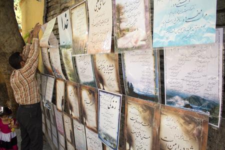frase: Cuadro de un vendedor iraníes Vender placas escritas en él Algunas palabras iraníes y condena en la capital iraní, Teherán.