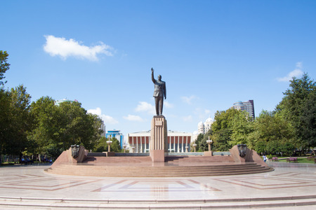 baku: Brass statue of the Azerbaijani President Heydar Aliyev, this statue is located in the Heydar Aliyev Square opposite the opera house in the Azerbaijani capital Baku. Editorial