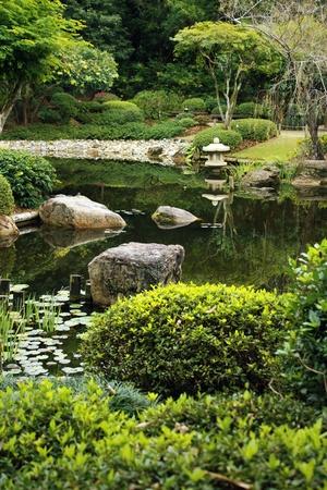 bassin jardin: Jardin de style japonais soign�e avec �tang calme et lanterne typique � un �tang Banque d'images