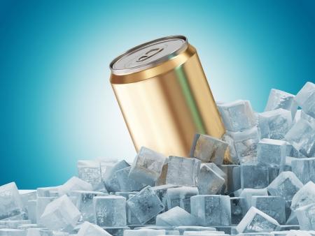 jarra de cerveza: Lata de cerveza en cubos de hielo sobre fondo azul