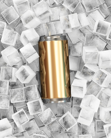 jarra de cerveza: Lata de cerveza en cubos de hielo Foto de archivo