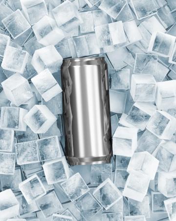 cubos de hielo: Lata de cerveza en cubos de hielo Foto de archivo