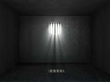 breaking through: Grunge Viejo Interior prisi�n con rayos de sol de �ltima hora a trav�s de una ventana con barrotes