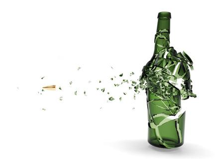 白い背景で隔離の弾丸によって粉砕された緑色のビール瓶