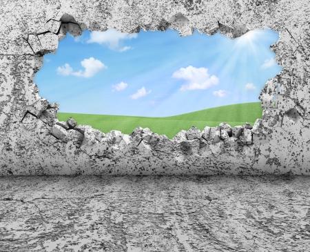 Grungy Interieur met gebroken betonnen muur en een prachtig landschap achter