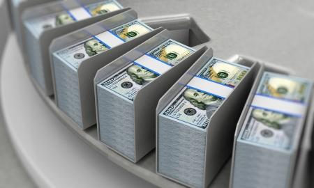 컨베이어에 새로운 100 달러 지폐