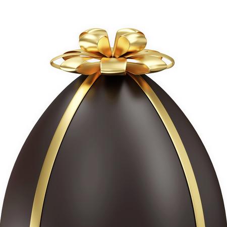 Primer plano de chocolate del huevo de Pascua con arco dorado aislado sobre fondo blanco photo