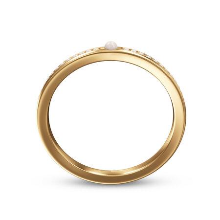 Anillo de oro con perlas aisladas sobre un fondo blanco