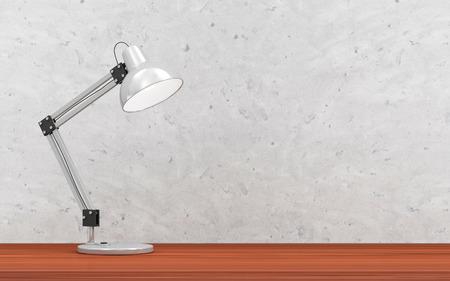Metal bureaulamp op de houten tafel