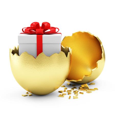 huevo blanco: Concepto Pascua feliz. Gran Huevo de oro quebrado con caja de regalo en el interior aislado en el fondo blanco