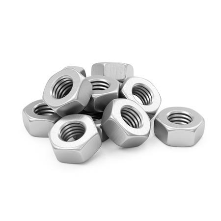 tornillos: Montón de metal tornillo de acero Nueces aisladas sobre fondo blanco Foto de archivo