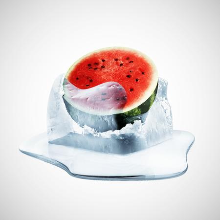 cubetti di ghiaccio: Cocomero a fette in fusione Ice Cube su sfondo sfumato Archivio Fotografico