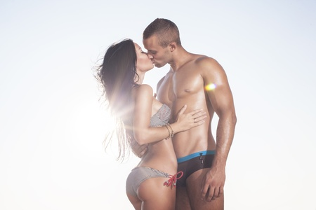 fitness hombres: Dom blanqueada hermosa pareja besándose en el fondo del cielo