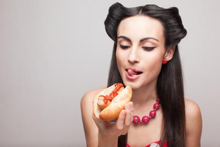 eten: pinup stijl meisje wil eten hotdog
