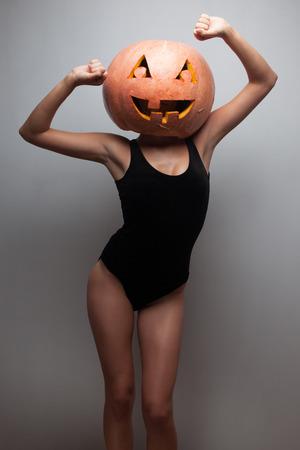 Dancing Halloween go-go danser meisje. Grijze achtergrond. Idee voor Halloween poster, aanplakbiljet, affiche of factuur Stockfoto
