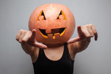 gogo girl: Tanzen Halloween Go-go-Tänzerin Mädchen. Grau Hintergrund. Ideen für Halloween-Plakat, Plakat, Affiche oder Rechnung Lizenzfreie Bilder